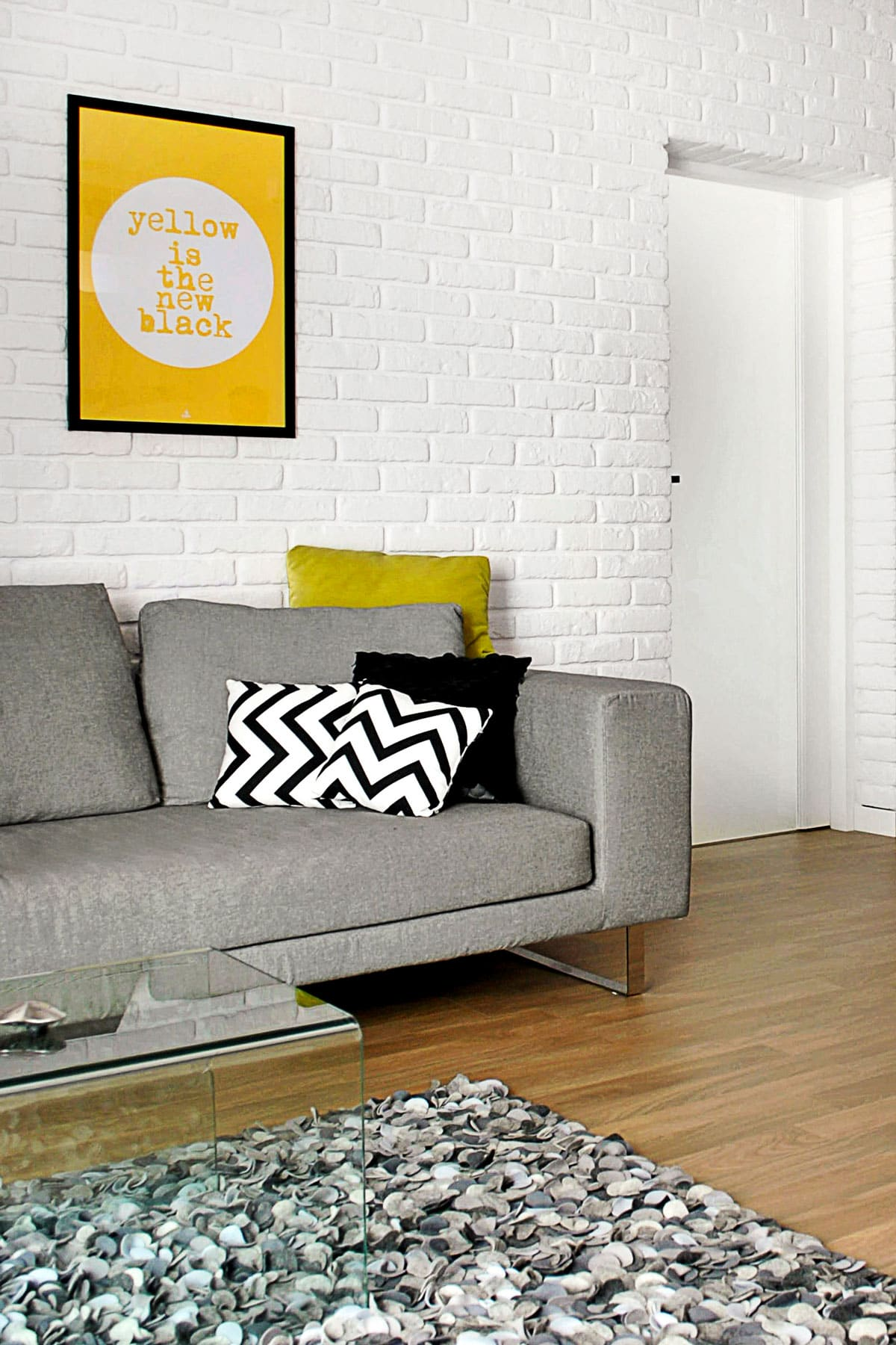salon - ściana z cegły