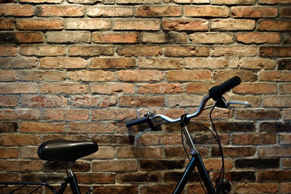 ściana z cegły - rower